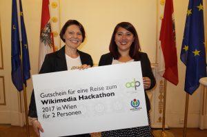 Annemarie Buchmann (Wikimedia Österreich) übergibt stellvertretend den Sonderpreis ODP Connect an Frau Mag.a Heike Wagner-Leimbach